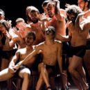 Imagem de vários rapazes e moças seminus, usando somente cuecas e calcinhas pretos. Todos em posições sensuais e afeminadas
