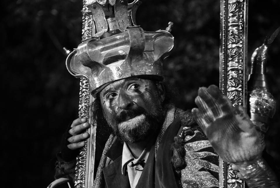 #4ParedeParaTodos #PraTodoMundoVer - Imagem em preto e branco de homem vestido de rei, com uma coroa e o rosto pintado, que põe a própria cabeça no meio de uma moldura de quadro.