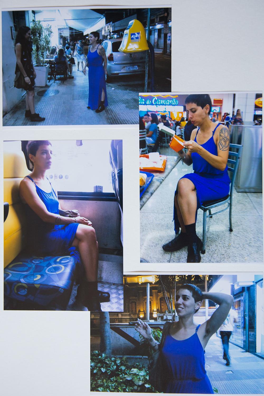 #4ParedeParaTodes #PraTodoMundoVer - Conjunto de fotos coloridas com a artista Flávia Naves, mulher branca com cabelos curtos, usando um vestido azul e botas pretas em ações distintas: sentada em uma cadeira de ônibus, em uma cadeira no shopping, andando no meio da rua etc.