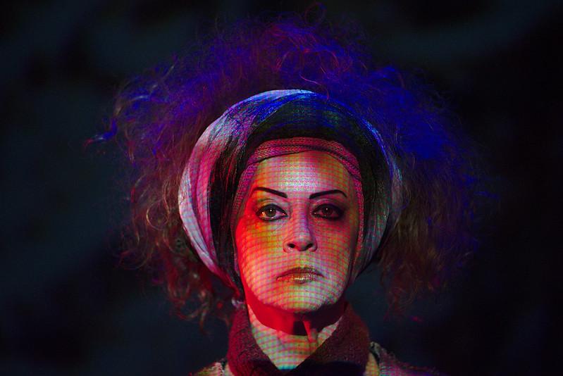 #4ParedeParaTodos #PraTodoMundoVer - Imagem colorida de uma mulher branca usando um lenço na cabeça, passando pela testa e pela nuca e que deixa seus cabelos soltos.