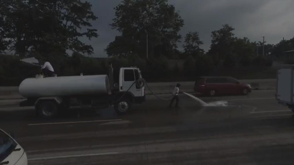 Crack Rodríguez desmantela com o jato d'água do caminhão pipa, em plena autovia movimentada, os 3 documentos históricos oficiais do país, enquanto um colaborador empunha e cintila uma bandeira branca na boleia do veículo.